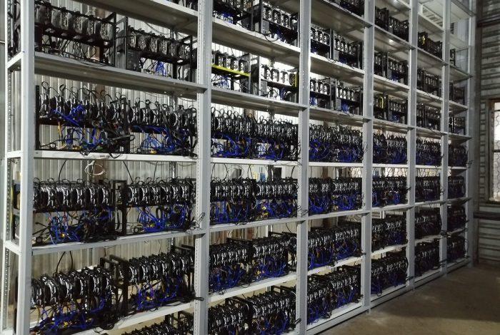 Фото готового стеллажа с однотипными ригами на видеокартах в майнинг-отель Cryptoreactor
