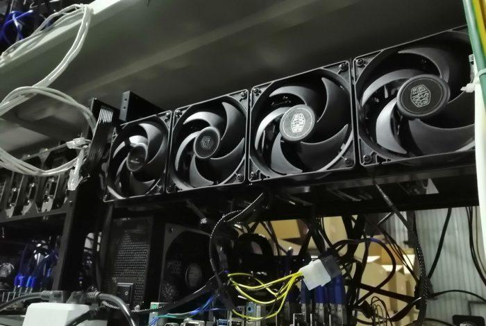 Фото майнинг-рига на видеокартах с дополнительными кулерами в майнинг-отель Cryptoreactor