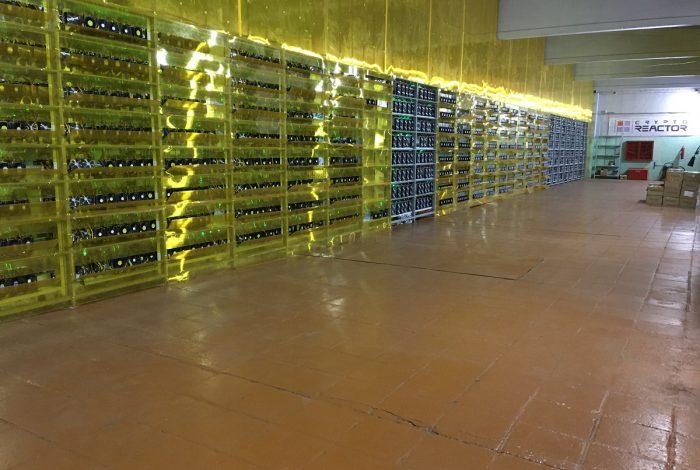 Фото горячего коридора для воздуха и окрашеного пола для антипыли майнинг-отель Cryptoreactor