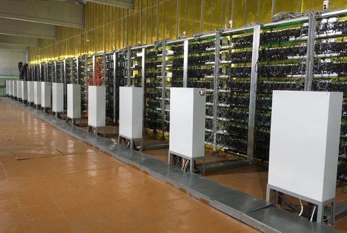 Фото ряда электрических шкафов и полок с Antminer S17+ майнинг-отель Cryptoreactor