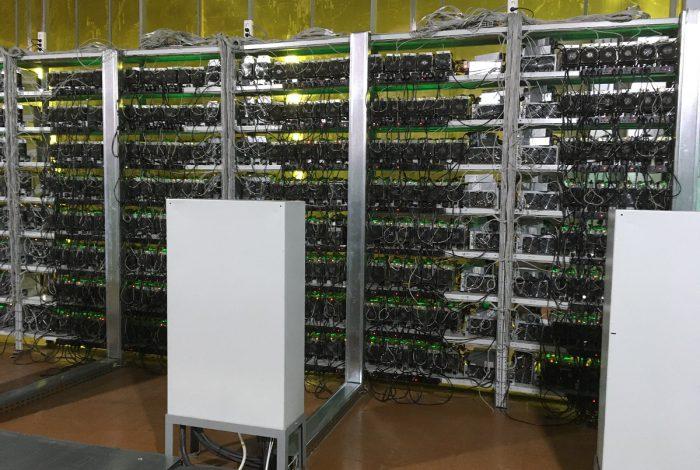 Фото стеллажа с S17+ и электрического шкафа майнинг-отель Cryptoreactor