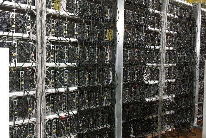 Фото стеллажа с S17+ подключенных майнинг-отель Cryptoreactor